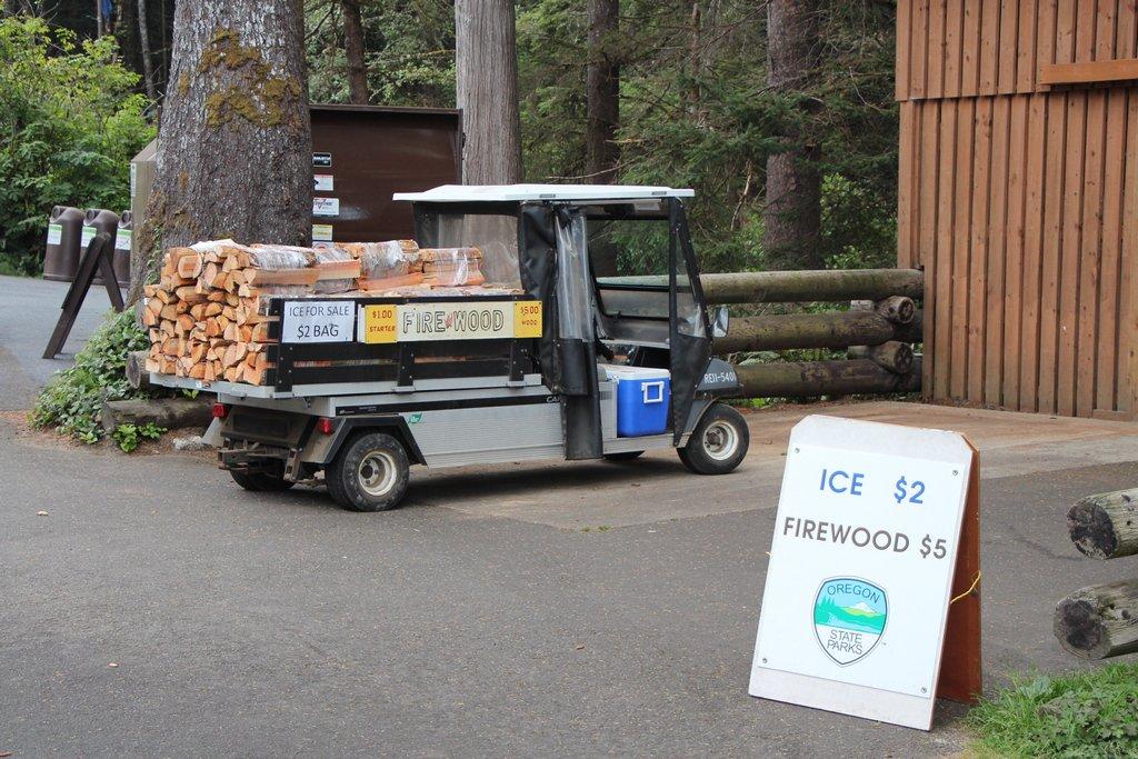 Camphosts beim Holzverkauf